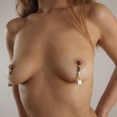 Tepelsieraad van goud met diamantje en (bdsm) slotje
